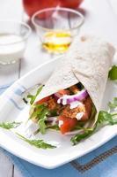 gezonde en smakelijke sandwiches met tortilla wrap foto
