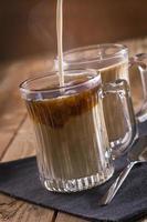 warme koffie en glazen mok foto