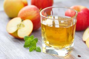 appelsap en appels op tafel foto