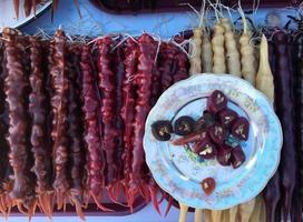 churchkhela: Georgische snack gemaakt van noten en druivensap foto