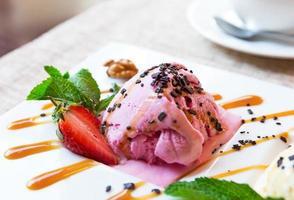 drie bollen pistache, aardbeien en vanille-ijs