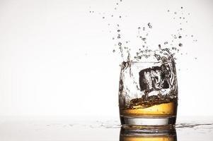 ijs spat in whisky of cognac