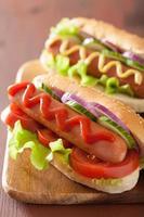 hotdog met ketchup mosterd en sla foto