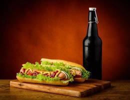 hotdogs en bier foto