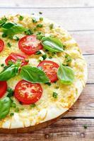 pizza met kaas, tomaten en Groenen foto