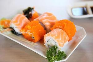 zalm maki sushi