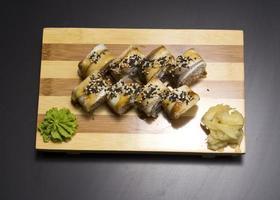 sushi roll op een zwarte achtergrond foto