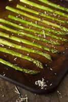 zelfgemaakte gekookte groene asperges foto