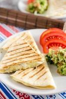kaasachtige quesadilla met guacamole en tomaten foto