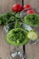 komkommer gazpacho in martiniglas foto