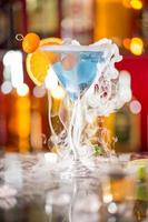 cocktail met ijsdamp op bar bureau foto