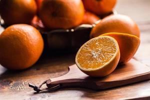 verse sinaasappelen. gesneden sinaasappels. geperste oranje handmatige methode. foto