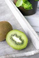 kiwi op houten achtergrond foto