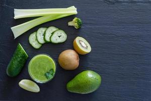 groene smoothie-ingrediënten - avocado, appel, komkommer, kiwi, citroen, selderij foto