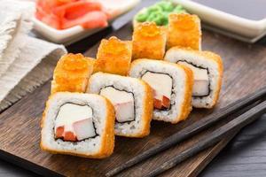 gebakken sushi roll met garnalen en kaviaar