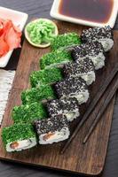 sushi roll bedekt met dille en sesam