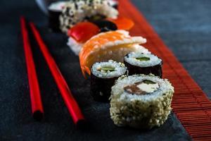 sushi selectie met stokjes van bovenaf