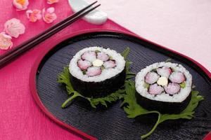 decoratieve, bloemvormige sushirol foto