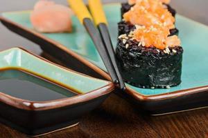 gebakken sushi rolt geserveerd op turquoise plaat foto