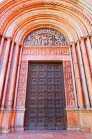 portaal van de doopkapel van parma foto