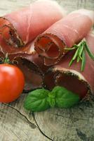 genezen ham op houten grond foto