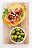 meloen met ham en basilicum olijf foto