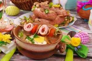 witte borsjt met opgerolde ham aan het spit voor Pasen foto