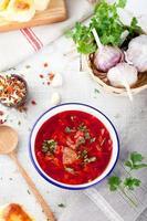 traditionele Oekraïense Russische groentesoep, borsjt met knoflook donuts, pampushki. foto