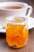 Sinaasappeljam en kopje thee foto