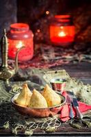 gebakken samosa met vlees foto
