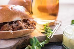 eenvoudig steet-eten, getrokken varkenslap foto