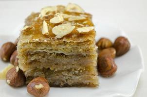 baklava met hazelnoten op een plaat foto