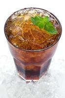 cola met ijs in een glas foto