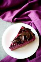 stukje paarse cake souffle zwarte bessen foto