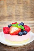 soufflécake met verse frambozen, bosbessen en aardbeien