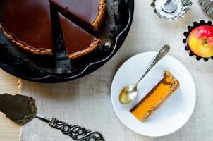 zelfgemaakte pompoentaart met chocolade topping