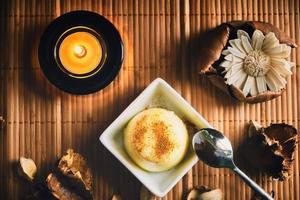 vanillepudding op een houten tafel foto