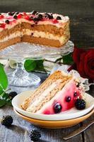 cake, soufflé en bessengelei op de houten tafel foto