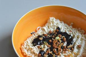 Koreaanse / Chinese zwarte bonen pasta noodlesl- close-up foto