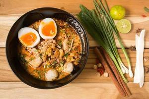 kom noedels met groenten en zacht gekookt ei