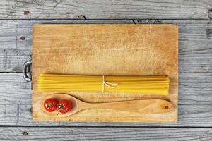 spaghetti lepel tomaten foto