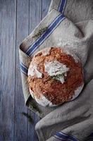 rustiek brood op een linnen doek foto