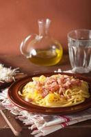 Italiaanse pasta spaghetti carbonara foto