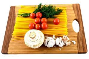 tomatenpuree knoflook en champignons op een snijplank foto