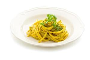 pasta met saffraan en rucola pesto geïsoleerd foto