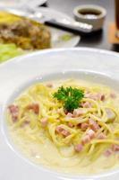 spaghetti carbonara met ham en champignons foto