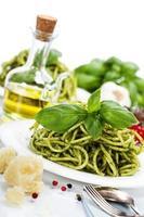 heerlijke Italiaanse pasta met pestosaus foto