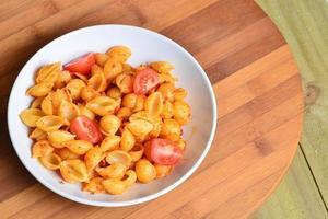 afbeelding van smakelijke pasta met tomatenpesto