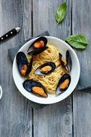 pasta belegd met mosselen en basilicum foto