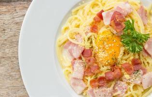spaghetti carbonara met spek foto